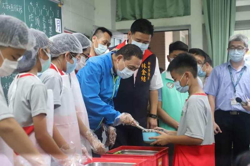 新北市長侯友宜到校關心營養午養並親自為學童打菜。(圖/新北市教育局提供)