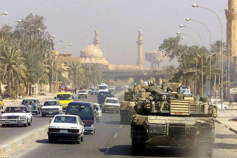 伊拉克戰爭。2003年秋天美軍坦克駛在巴格達街道上。(維基百科公有領域)