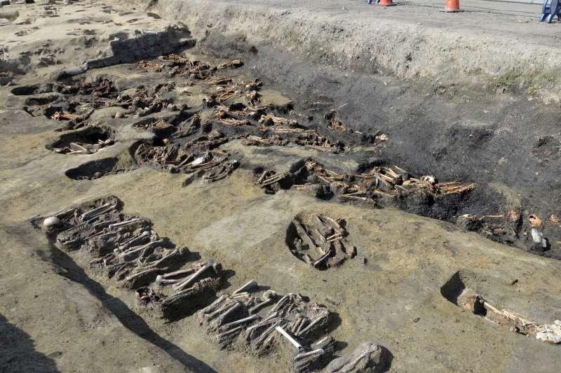 (示意圖)考古、骨骸。圖為日本大阪開挖出的大型墳墓。(AP)