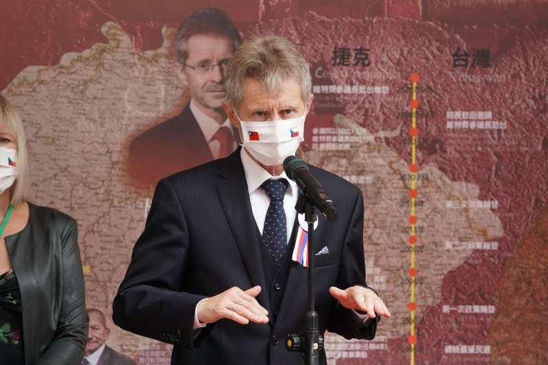 20200901-捷克參議院議長韋德齊(Miloš Vystrčil)1日率團參訪立院,於民主友誼牆前受訪。(盧逸峰攝)