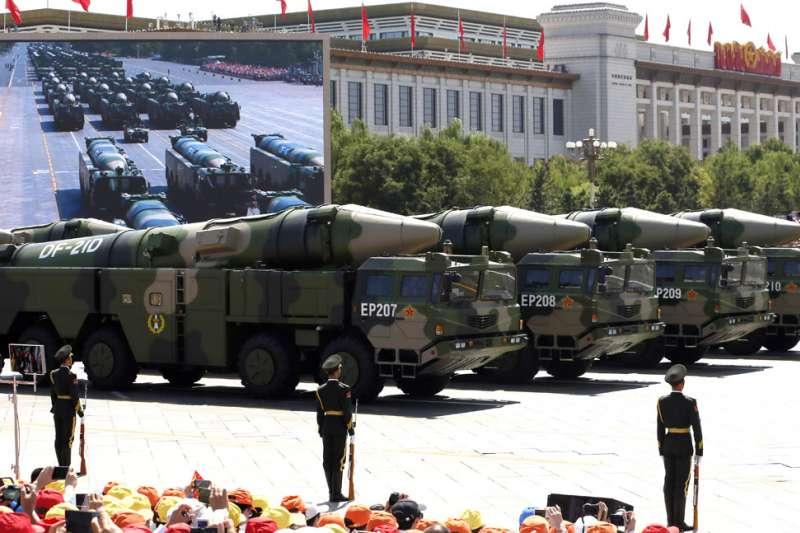 中國解放軍在8月26日向南海發射兩枚東風-21中程彈道飛彈。(美聯社)