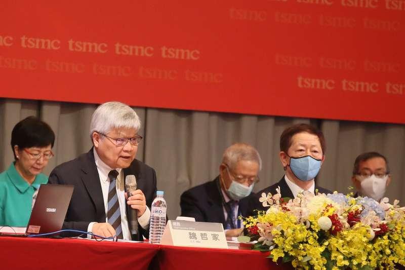 魏哲家(前左)對於台積電未來幾年繼續維持製程、良率等各方面的領先,相當有信心。(柯承惠攝)