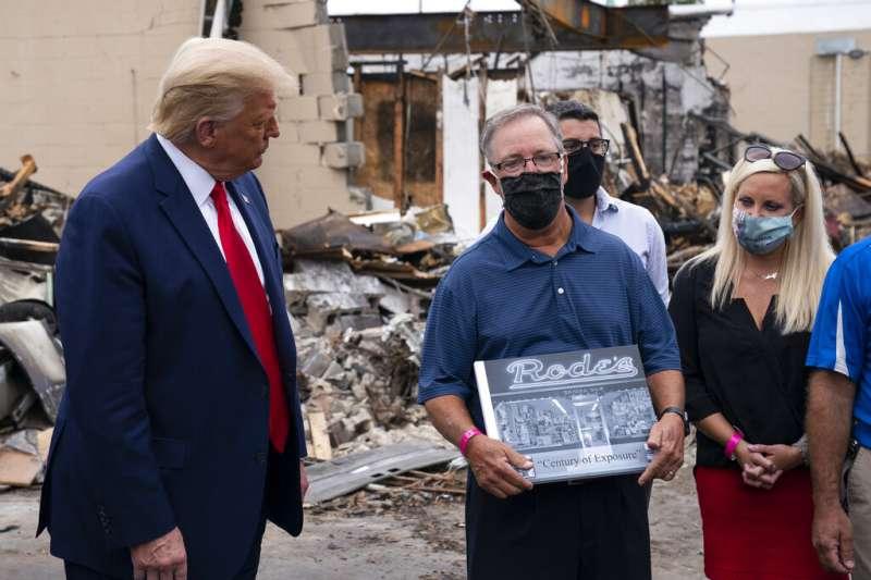 美國總統川普9月1日視察威斯康辛州。(AP)