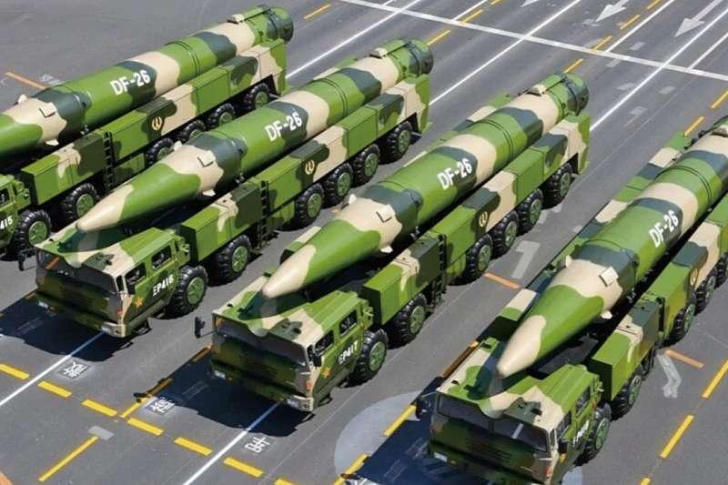 東風-26屬於長程彈道飛彈,射程超過4000公里,被稱為「關島快遞」。(翻攝自中國軍網)