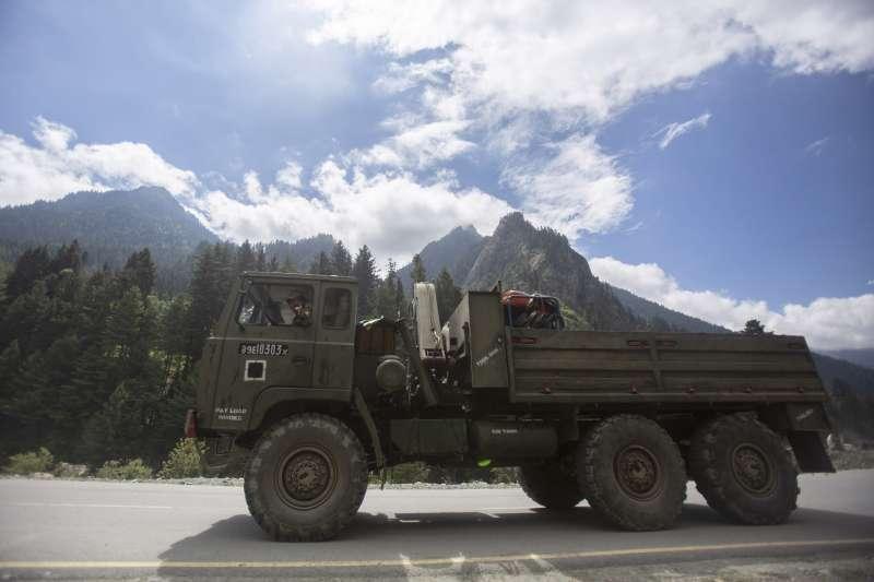過去,清朝的主管官員經常是出於怕事或者省事的目的,對像拉達克(Ladakh)或者是像尼泊爾之類的事務不加干涉。圖為中印邊界的拉達克地區,印度軍人在軍用卡車上。(資料照,AP)