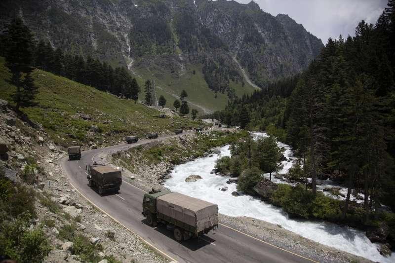 中印邊界的拉達克地區,印度軍用卡車駛過道路。中印兩國近日在拉達克屢起衝突。(AP)