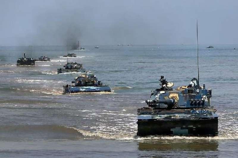 近期台灣各大媒體報載,中共大連海事局於發布解放軍於9月4日,在渤海海峽黃海北部進行演練。圖為解放軍的兩棲搶灘演練。(資料照,中國軍網)