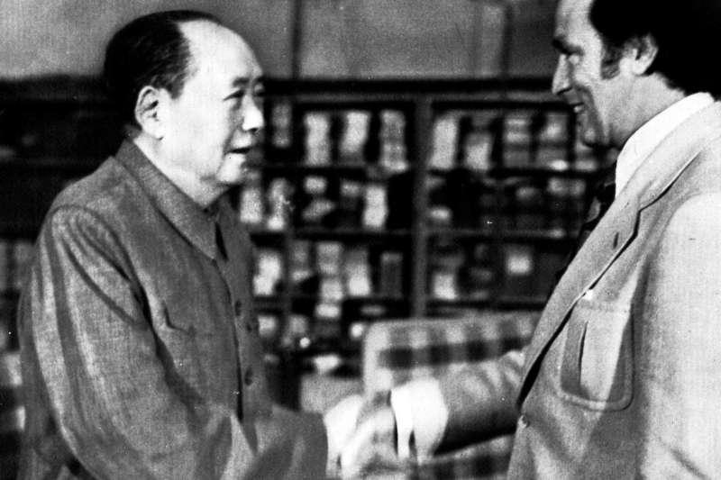 皮耶.杜魯道(右)是第一位訪問中華人民共和國的加拿大領導人。(美聯社)