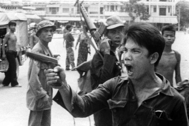 1975年「赤柬」(Khmer Rouge)士兵逼金邊城市居民遷移到農村。(AP )