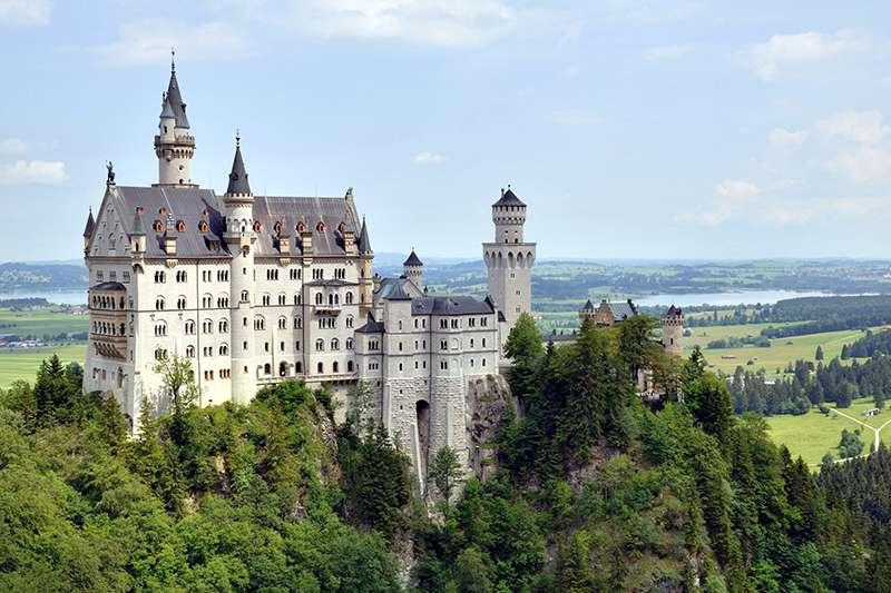 城堡在中世紀是貴族或皇室以戰爭防守為主要目的而建造的住宅。(圖為德國新天鵝堡/取自維基百科)