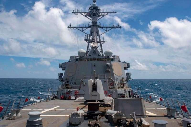 美國海軍飛彈驅逐艦「馬斯廷」號8月18日航行經過台灣海峽。(美國之音)