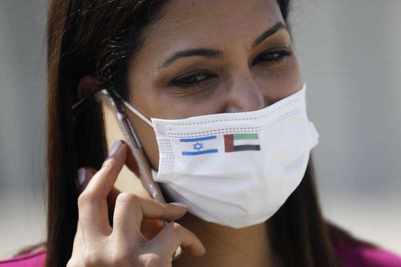 以色列與阿拉伯聯合大公國關係正常化:跟著以色列代表團出訪阿聯的記者配戴有兩國國旗的口罩(AP)
