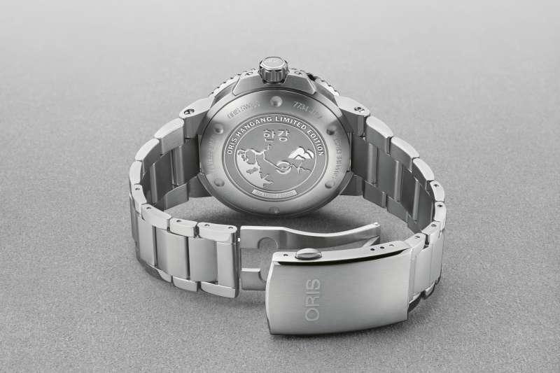 Oris 漢江限量腕錶,底蓋飾有特殊鐫刻。(圖/Oris提供)