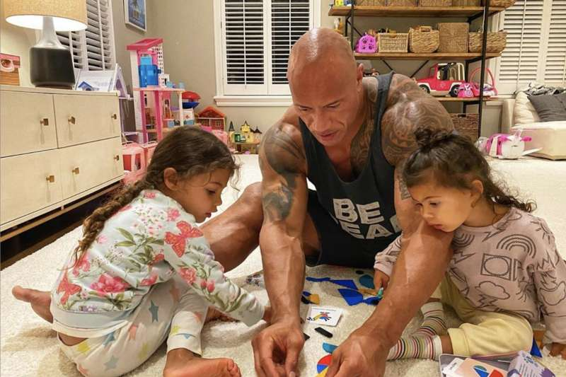 巨石強森宣布與妻兒均感染新冠肺炎。(翻攝巨石強森IG)