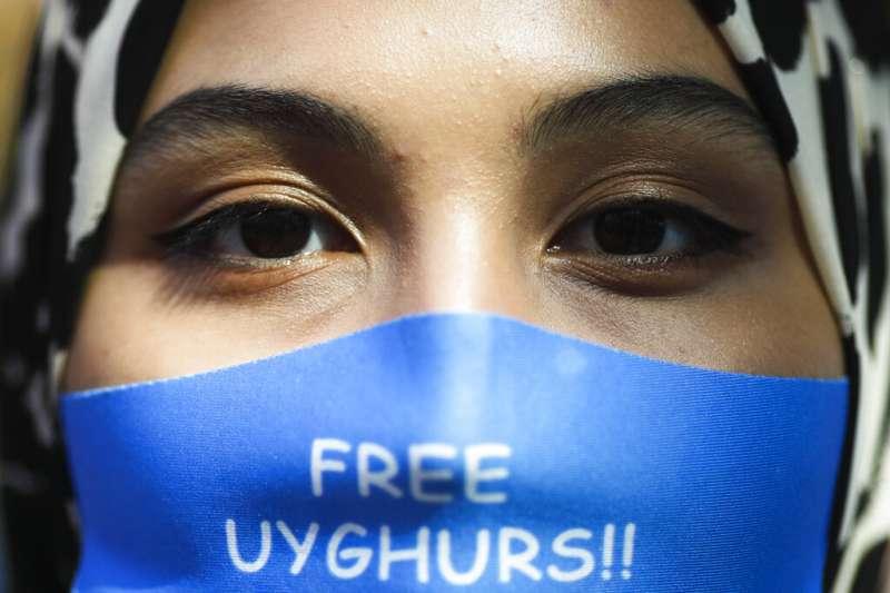 中國外長王毅到訪柏林,大批維吾爾人在街頭抗議中國在新疆的「再教育營」。(美聯社)