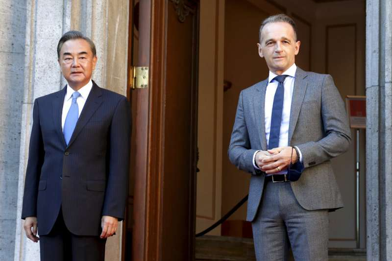 中國外長王毅到訪柏林,右為德國外長馬斯(Heiko Maas)。(美聯社)