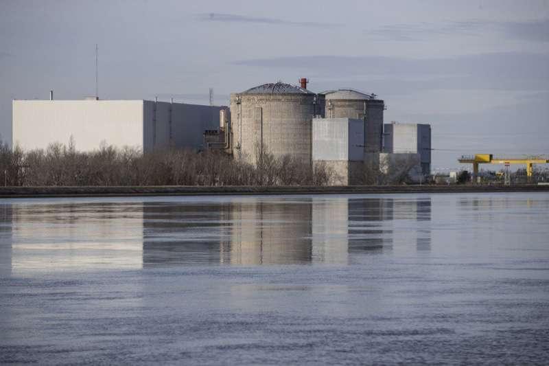作者認為我們喊著科學、經濟、環保,卻又在一步步的做錯誤能源政策。圖為法國費森海姆核電廠核能廠。(示意圖,AP)