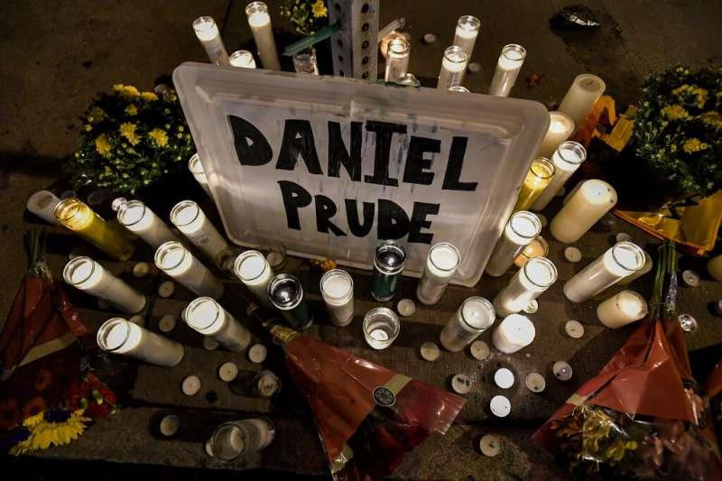 美國紐約州羅徹斯特市患有精神疾病的41歲非裔男子普魯德遭警方以「防吐面罩」套頭窒息。民眾上街抗議警察暴力。(AP)