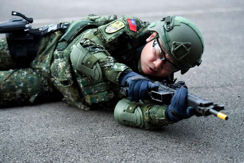 藝人邰智源(見圖)日前拍攝「一日憲兵」獲好評,圖為邰智源體驗應用射擊,步槍上裝有紅點瞄具。(取自邰智源臉書)