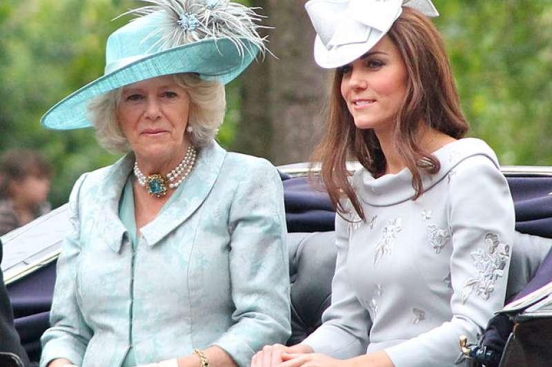 康沃爾公爵夫人卡蜜拉(Camilla, Duchess of Cornwall)(左)與凱特王妃(Carfax2@wikipedia/CC BY 3.0)