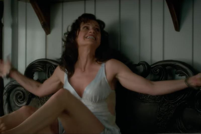 《傑羅德遊戲》的定位比較偏向「心理懸疑」與「心理救贖」,全片利用女主角被束縛後產生的心理狀態作為劇情的延展,深入探討深埋多年的心理陰影。(圖/取自Netflix)