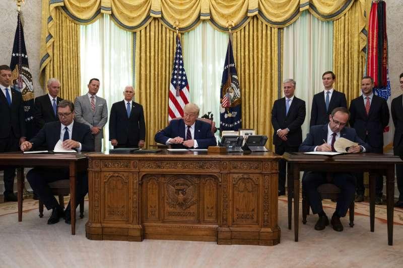9月4日在美國充當和事佬斡旋之下,塞爾維亞總統武契奇和科索沃總理霍蒂於白宮簽署經濟關係正常化協議。(AP)
