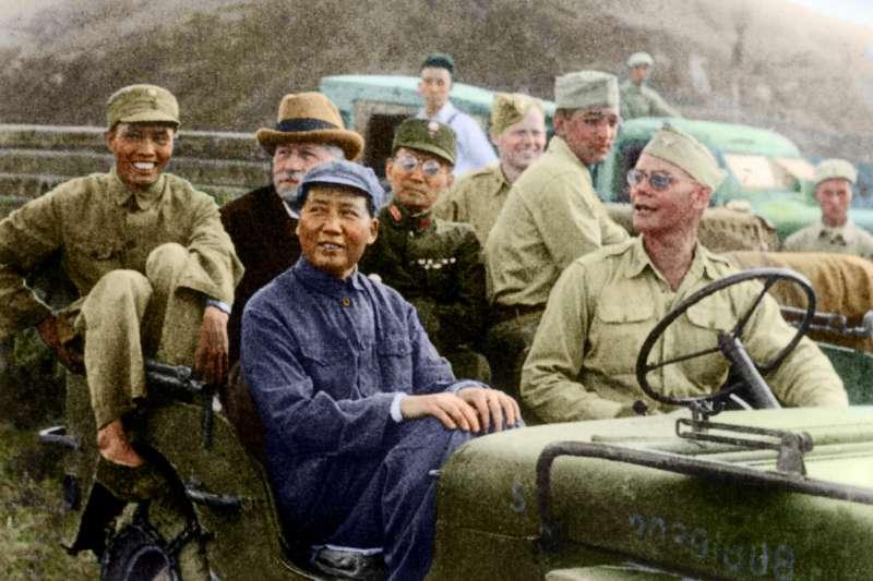 1945年8月下旬,美國駐華大使赫利爾(吉普車後排中)前往延安,會見中共領袖毛澤東。(圖/徐宗懋圖文館)