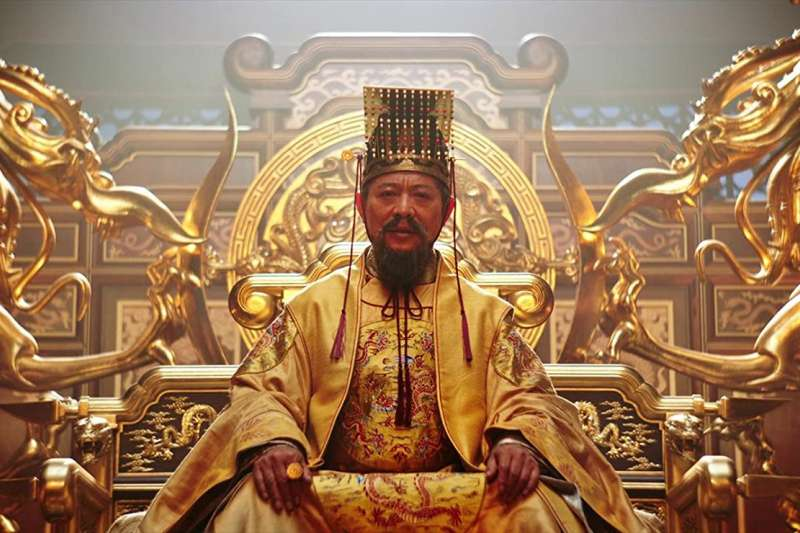 《花木蘭》中的皇帝。(圖/IMDB)