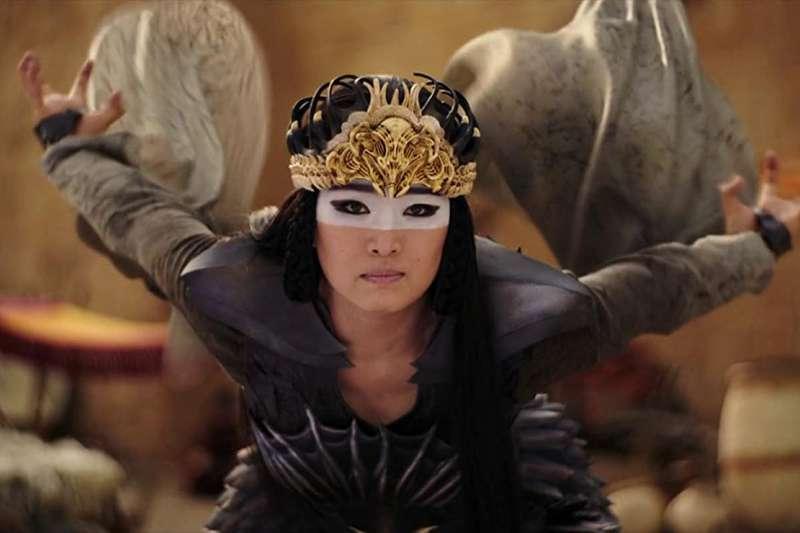《花木蘭》中的鷹女。(圖/IMDB)
