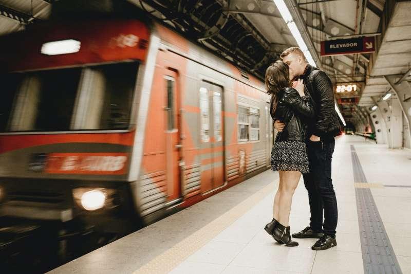 以浪漫為名的法國,竟然禁止民眾在火車站裡舌吻!(圖/取自pexels)