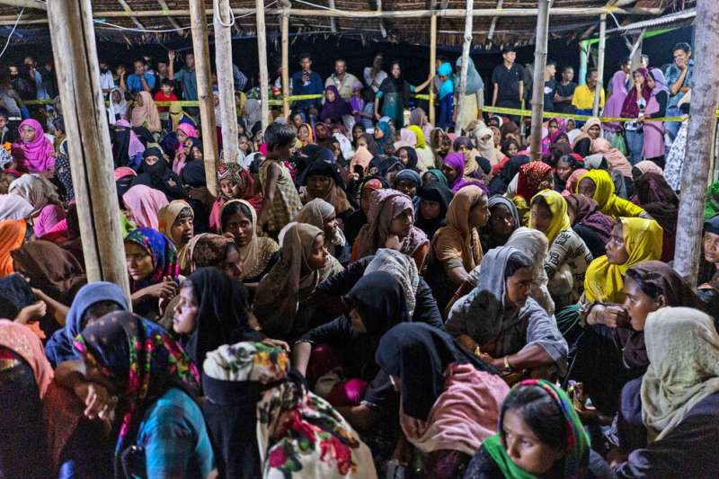 將近300名羅興亞人據稱在海上漂流數月,7日在印尼亞齊省的司馬威(Lhokseumawe)沿岸登陸。(美聯社)