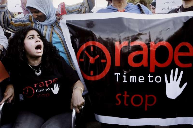 2014年,埃及女性上街參與抗議性侵問題的示威活動。(美聯社)
