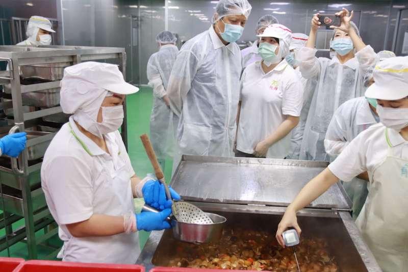 副秘書長朱惕之視察校園作業人員以藍芽溫度計量測菜餚溫度。(圖/新北市衛生局提供)