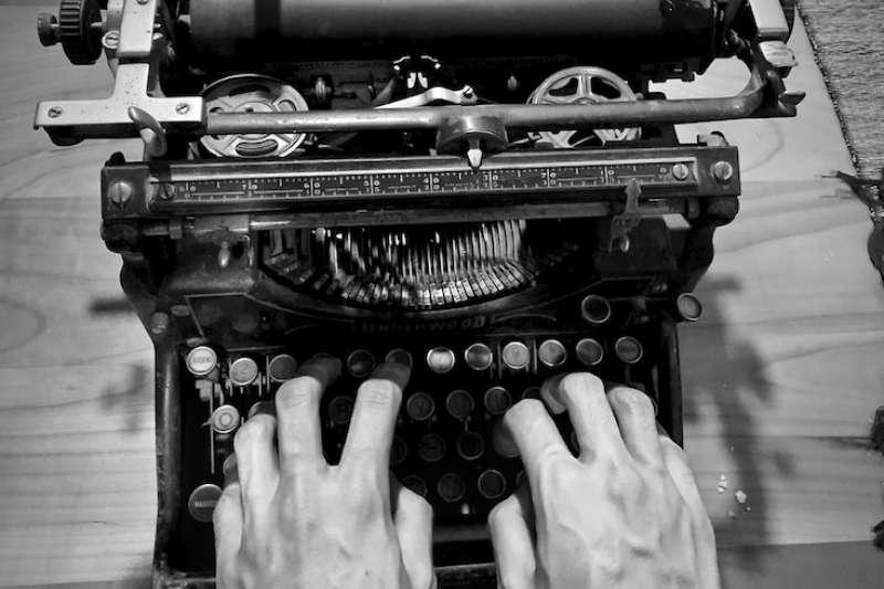 周爺爺靠著一台古老的打字機順利完成學業(曾廣儀攝)