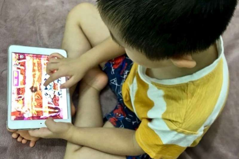 建議五歲以下孩童每天在LED螢幕前最好不超過60分鐘(曾廣儀攝)