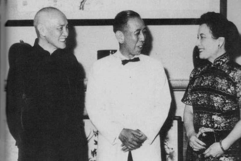 日本首相岸信介在1957年訪問台灣,並且與中華民國總統蔣介石、第一夫人蔣宋美齡合影。