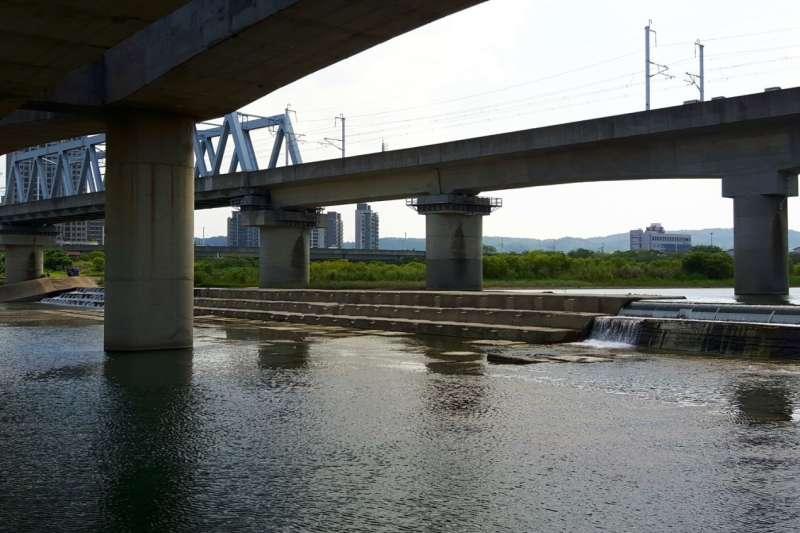 驚傳不肖業者將洗屍水直接排放入頭前溪上游,造成新竹人飲用水危機。(圖/鄭宏輝服務處提供)