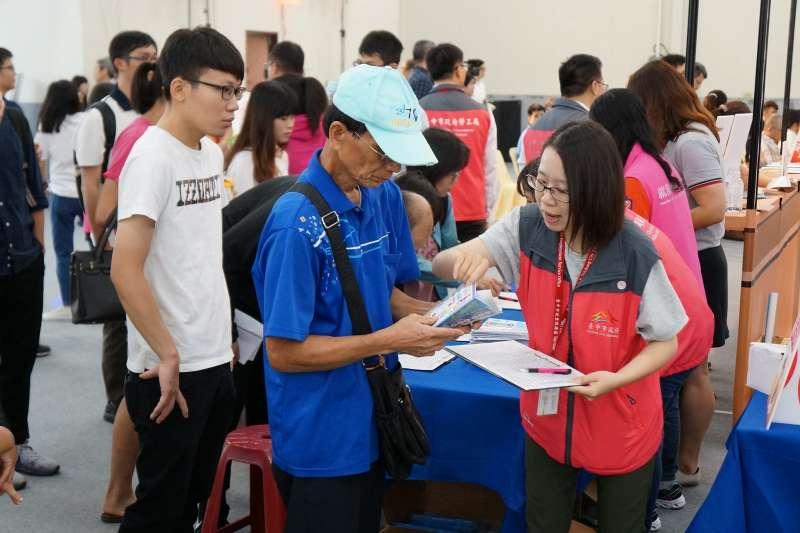 台中市政府勞工局辦就業博覽會民眾領取相關資料。(圖/台中市政府提供)