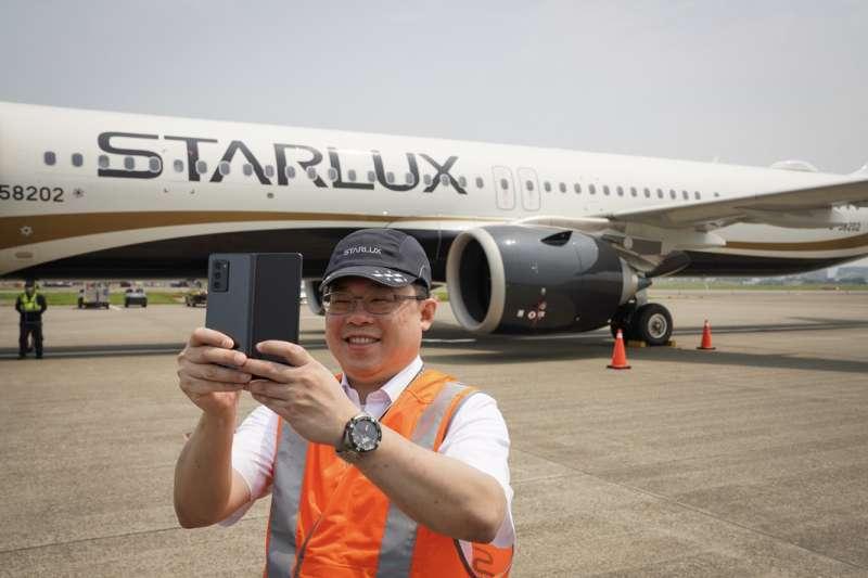 星宇航空董事長張國煒(見圖)用三星新品與自家飛機自拍。(星宇航空提供)