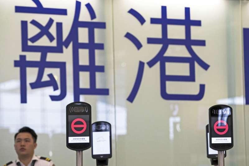 近來香港興起一波移民潮,瀰漫著「留島不留人」的氣氛。(美聯社)
