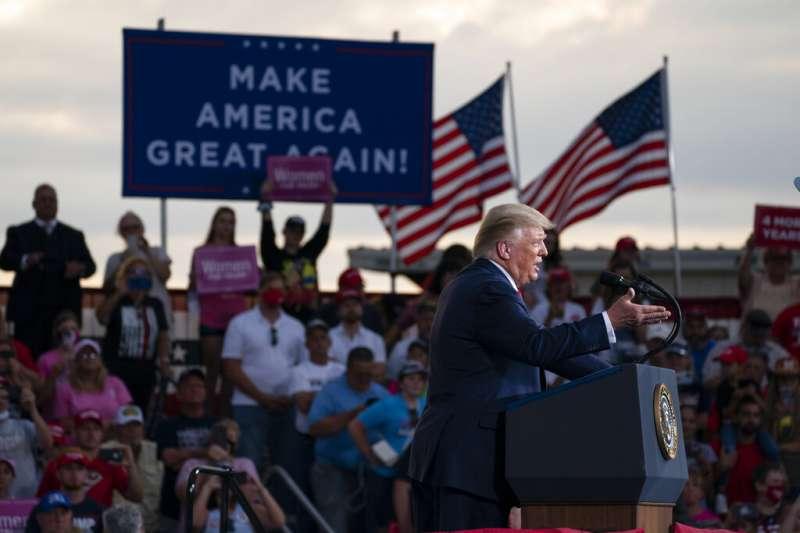 美國總統川普2020年9月8日在北卡羅來納州舉行選舉造勢大會。(美聯社)