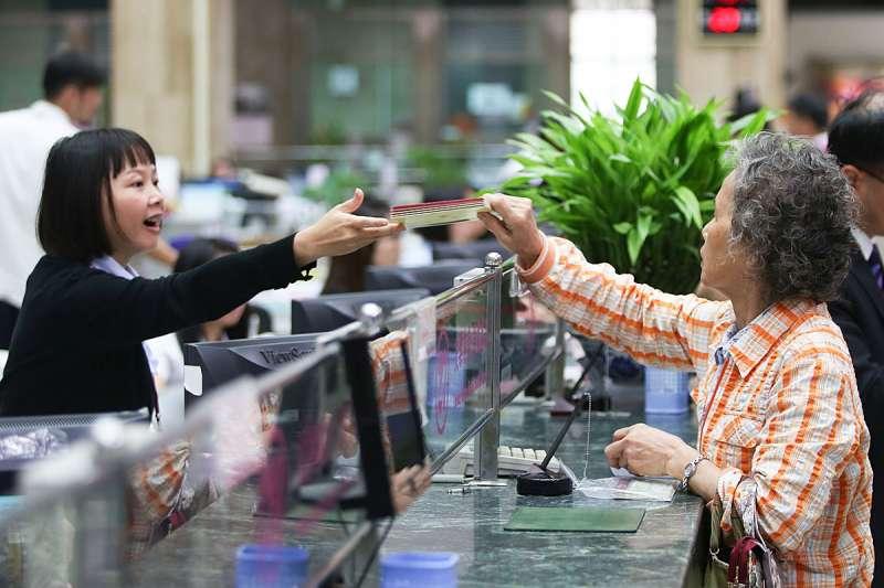 順應無紙化時代的來臨,日本開始有銀行不再提供免費的存摺,而是要收取費用。(新新聞資料照)