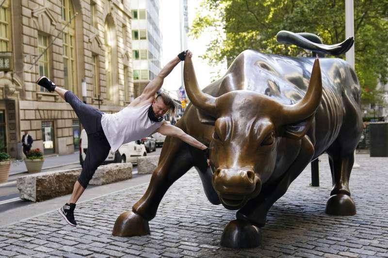 法人認為,2009年開始的美股大多頭行情仍未告終,今年股市巨幅波動只是「中場休息」而已。(美聯社)