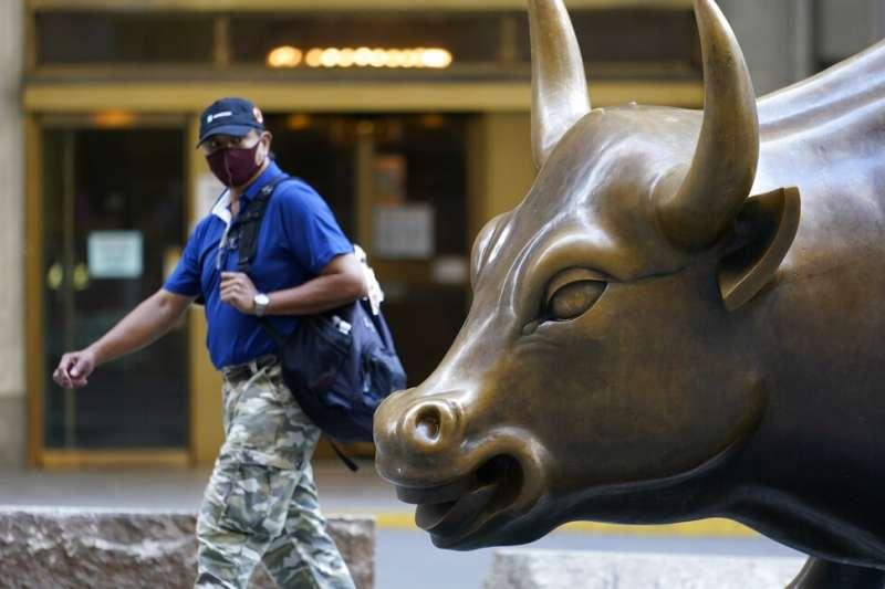 盧米斯賽勒斯首席經濟學家布萊恩‧霍里根認為,目前市場都在期待「藍色浪潮」。圖為美國華爾街金牛。(資料照,美聯社)