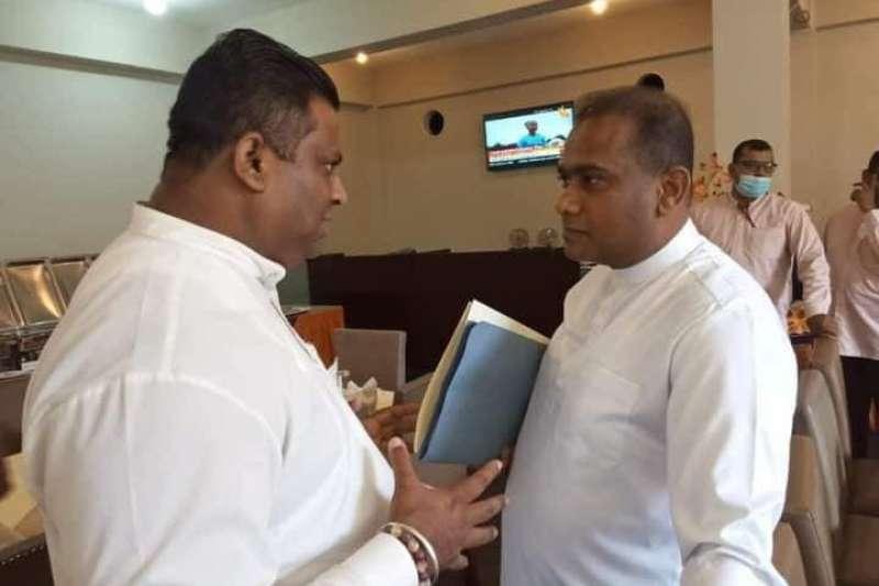 被宣判死刑的斯里蘭卡國會議員賈亞塞克拉(右)在爭議聲中宣誓就職。(取自Premlal Jayasekera 臉書專頁)