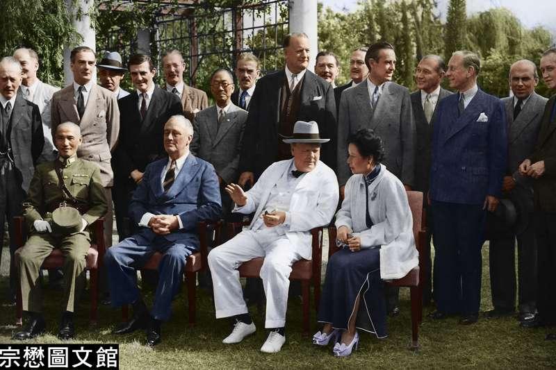 民國32年11月25日,中美英三國首腦及他們的重要幕僚在開羅會議期間於米納飯店外的草坪上合影。(圖/徐宗懋圖文館)