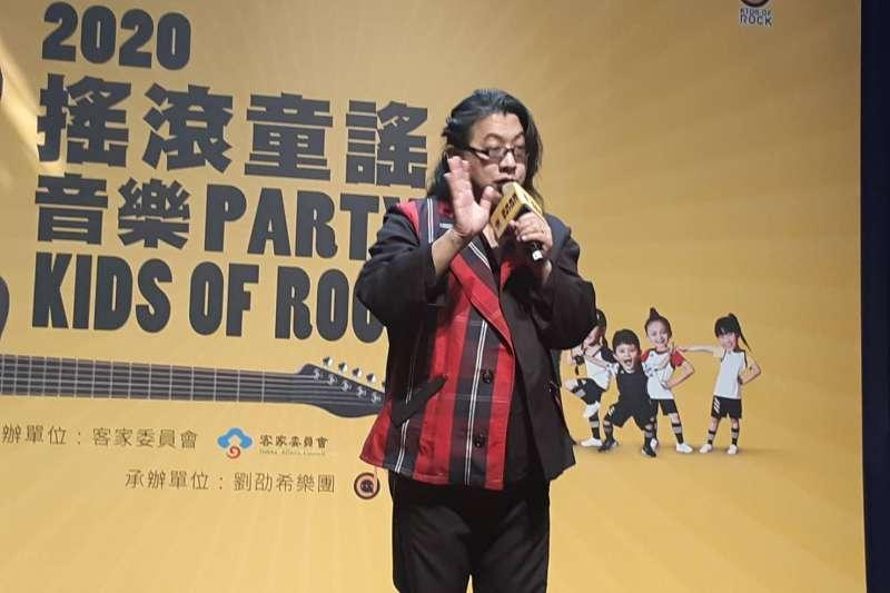 劉劭希老師用節奏感十足的搖滾客語寫下了「洗手歌」。(圖/唐可欣)