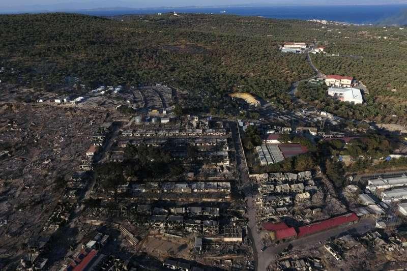 希臘萊斯沃斯島莫利亞難民營擠滿1萬2000多名尋求庇護者,8日晚間一場惡火竄燒,難民頓失棲身之處。(AP)