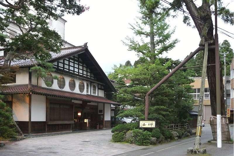 「法師溫泉旅館」在西元718年開業,至今已傳到第46代。(Namazu-tron∕維基百科)