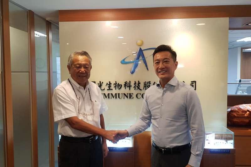 國光生技董事長詹啟賢(右)與喜康生技董事長黃瑞瑨簽署生產服務合約。(國光生技提供)